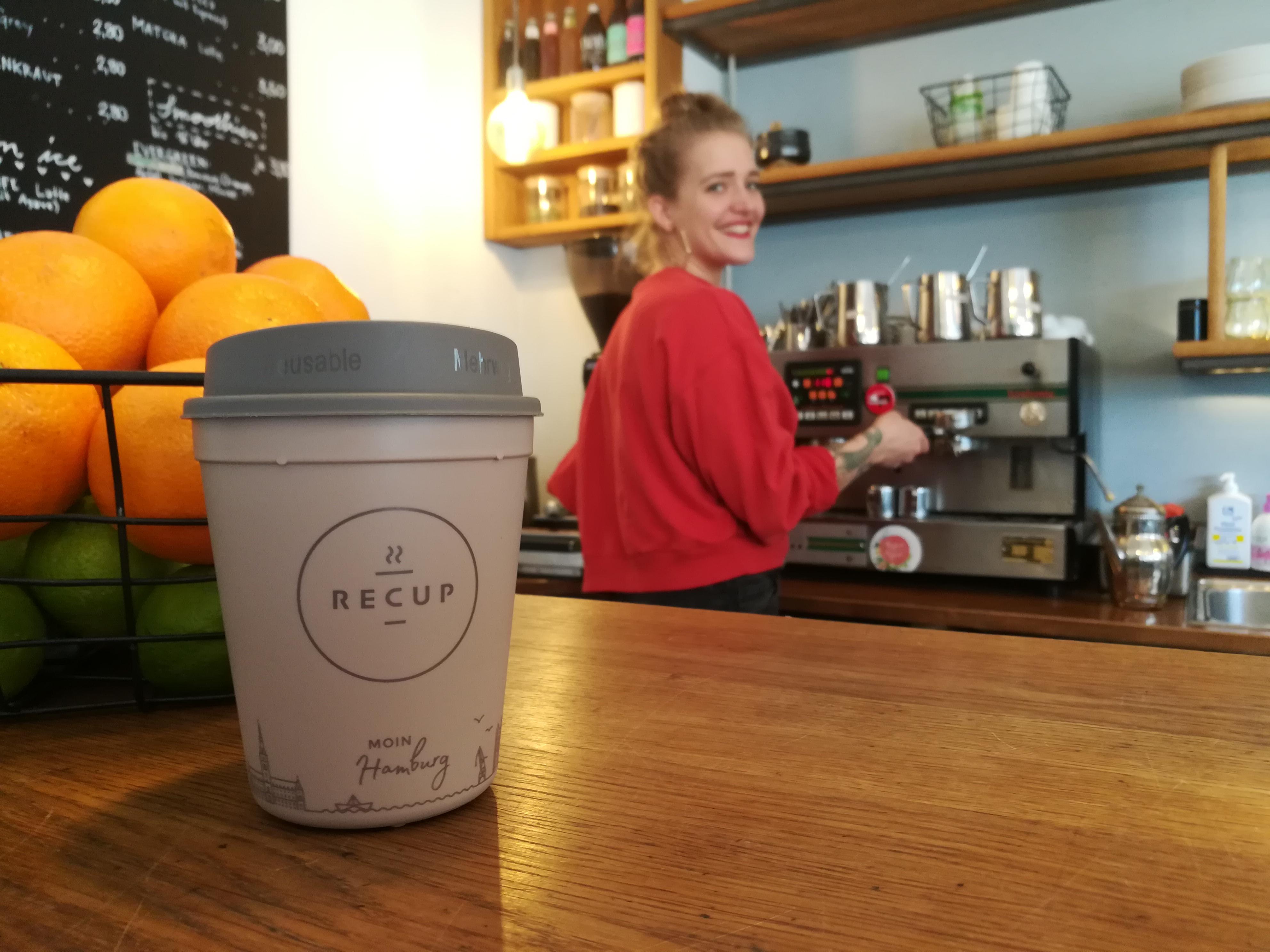 Mehrwegbecher mit Deckel RECUP im Café